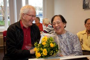 Het boek en bloemen voor mevrouw Lo, de oudste speelster van Nederland.