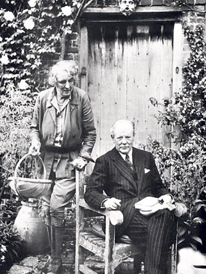 Vita en Harold voor de deur van South Cottage.