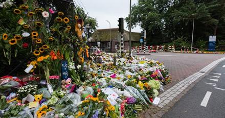 Bloemen voor de poort.