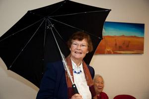 Eugenie Theunissen is bij met de paraplu van de uitgever.