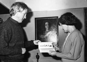 """Thuis neemt prinses Margriet het boek """"S.O.S. Paulus Potter"""" in ontvangst."""