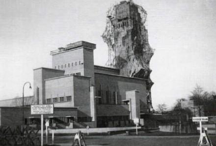 Om de toren wordt camouflage gedrapeerd.