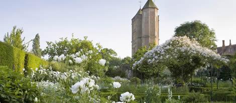 Kasteel Sissinghurst omgeven door zijn beroemde tuinen.