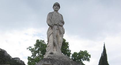 De eenzame soldaat kijkt toe vanaf zijn sokkel.