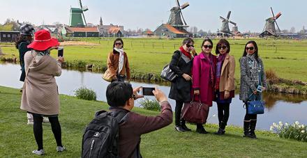 Japanners bezoeken massaal de Zaanse Schans.