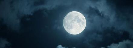 De volle maan tovert met het licht.