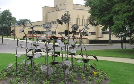 Vijftien bronzen zonnebloemen.